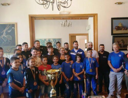Την Αντιπεριφερειάρχη Ρεθύμνης επισκέφτηκε σήμερα η ρεθεμνιώτικη αποστολή που συμμετείχε στο Βαλκανικό Πρωτάθλημα & το Παγκόσμιο Κύπελλο Ζίου – Ζίτσου στο Βουκουρέστι